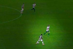 Thần đồng 17 tuổi của Man City solo ghi bàn từ giữa sân