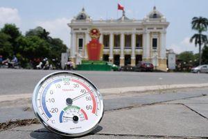 Hà Nội: Người dân dùng đủ chiêu che chắn dưới cái nắng gay gắt đầu hè