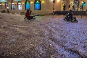 CLIP: Nhiều tuyến phố ngập sâu, người Hà Nội bì bõm sau trận 'mưa vàng'