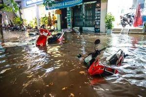 Mưa lớn khiến nhiều nơi tại Hà Nội ngập úng
