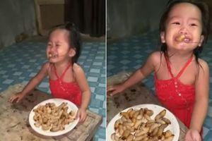 Cho con gái nhỏ ăn sâu, cha mẹ bị 'ném đá' dữ dội