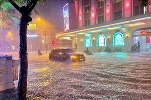 Nhiều tuyến phố Hà Nội ngập trong biển nước sau mưa lớn