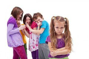 Cách giúp con trẻ phát triển tình bạn, tránh bị tổn thương bởi 'hiệu ứng đám đông'