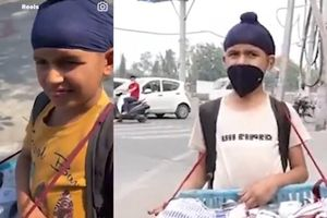 Ấn Độ: Cậu bé bán tất được giúp đỡ quay lại trường học
