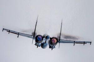 Su-27 của Nga che khuất máy bay chiến thuật của Pháp trên Biển Đen