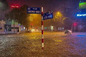 Hà Nội ngập thành 'sông' sau trận mưa lớn