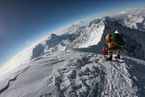 Đỉnh Everest đón các nhà leo núi nước ngoài đầu tiên sau một năm đóng cửa