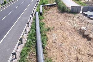 Bao giờ đường ống cấp nước trên cầu vượt vành đai Tân An di dời xong?
