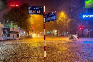 Đường ngập, hàng loạt phương tiện bì bõm sau trận mưa lớn kéo dài ở Thủ đô