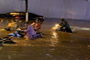 Hà Nội: Cơn giông kèm mưa lớn tối nay đã làm gãy, đổ nhiều cây xanh và gây úng ngập cục bộ