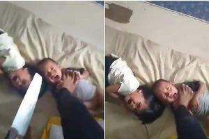 Xích mích với vợ, gã đàn ông Malaysia bạo hành hai con nhỏ khiến dân mạng phẫn nộ