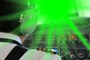 Báo động tình trạng chiếu laser vào buồng lái máy bay