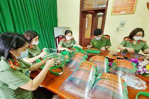 Phụ nữ, thanh niên Công an tỉnh Bắc Giang tự làm mũ chắn giọt bắn phòng dịch