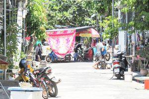 Hàng quán giữa đường