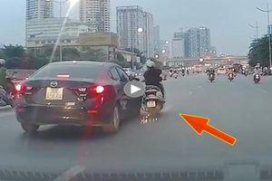 Vô tư chuyển làn, 'ninja LEAD' bị xe Mazda đâm tóe lửa