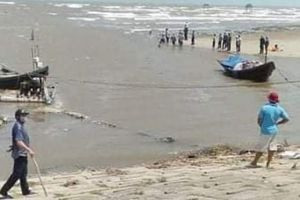Nam Định: Thêm 3 học sinh bị sóng biển cuốn mất tích