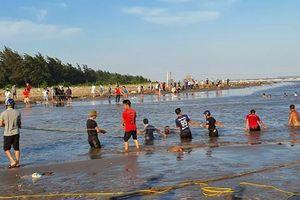 Nam Định: Dân giăng lưới tìm kiếm con em dưới lòng biển sâu
