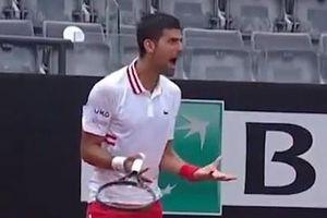 Djokovic nổi cáu với trọng tài vì phải chơi dưới mưa