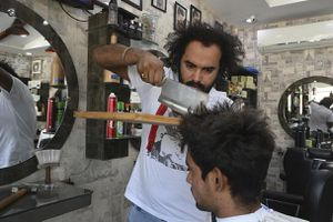Người thợ cắt tóc bằng lửa, dao phay và thớt
