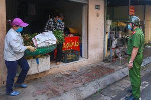 Tiểu thương chợ cóc vội vã dọn hàng khi công an xuất hiện