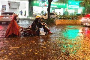 Hà Nội và nhiều địa phương bị thiệt hại do mưa lớn, dông lốc sét