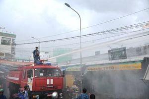 Hàng trăm cán bộ, chiến sĩ tham gia chữa cháy