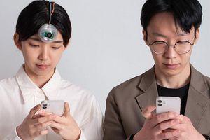 Robot mắt cho phép người dùng vừa đi đường vừa... dùng điện thoại