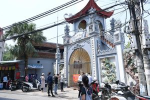 Người dân đứng ngoài cổng đình chùa vái vọng, cầu an dưới cái nóng 40 độ C