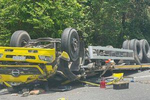 Xe tải mất lái lao vào vách núi, 2 người tử vong