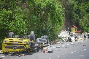 Xe tải bất ngờ lật ngửa trên đèo, 2 người tử vong