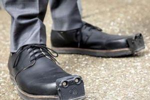 Giày thông minh tích hợp trí tuệ nhân tạo giúp người khiếm thị tránh chướng ngại vật