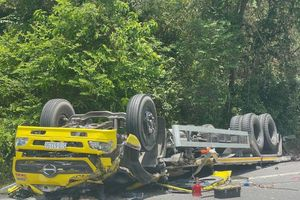 Xe tải mất lái đâm vào vách núi trên đèo Cù Mông, 2 người tử vong