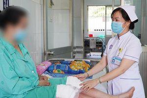 Thoái hóa khớp, đắp thuốc nam, người phụ nữ dính biến chứng nặng