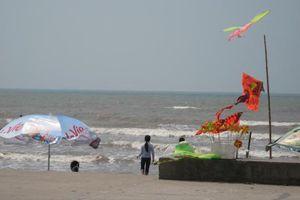 18 học sinh tắm biển, 3 em bị sóng cuốn mất tích ở Nam Định