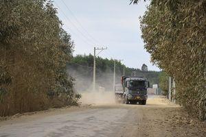 Cuộc sống đảo lộn vì xe tải chở đất, đá