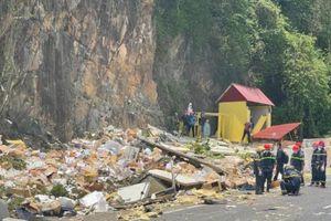 Kinh hoàng xe tải đổ đèo Cù Mông tông taluy dương, 2 người tử vong