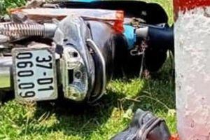 Xe máy mất lái đâm cọc tiêu trên QL7, đôi nam nữ thương vong