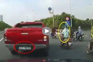 Bán tải vượt ẩu, cắt mặt ô tô rồi đâm 2 người phụ nữ đi xe máy