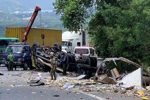 Xe tải đổ dốc đèo Cù Mông lao vào vách núi vỡ nát, 2 người tử vong