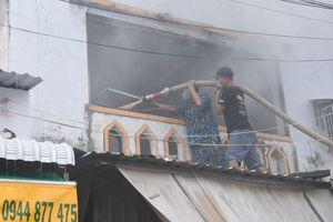 Hàng trăm cán bộ, chiến sĩ tham gia chữa cháy cửa hàng tạp hóa ở Phú Quốc