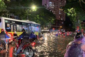 Trận mưa lớn nhất từ đầu năm trút xuống Hà Nội, nhiều nơi ngập sâu