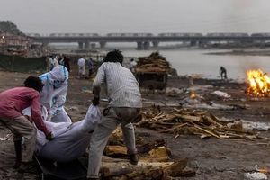 Ấn Độ: Địa phương giăng lưới, ngăn dân thả thi thể người mắc COVID-19 trôi sông