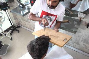 Độc đáo tạo kiểu tóc bằng lửa, dao phay và thớt ở Pakistan