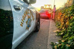 Bị cảnh sát bắt vì để xe Tesla tự lái trên xa lộ