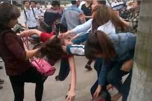 Hai nhóm học sinh đánh nhau trước cổng trường