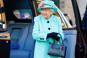 Giải mã việc nữ hoàng Anh luôn mang theo túi xách