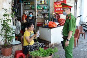 Hà Nội giải tỏa chợ cóc: Nơi nghiêm túc, chỗ lơ là