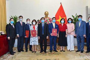 Thứ trưởng Ngoại giao Nguyễn Minh Vũ trao quyết định bổ nhiệm, điều động cán bộ cấp Vụ