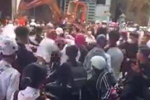 Học sinh 'hỗn chiến' trước cổng trường sau buổi học cuối