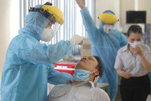 TP.HCM: Lấy mẫu xét nghiệm ngẫu nhiên COVID-19 trong công nhân